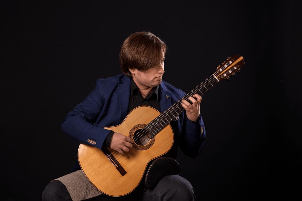La chitarra classica Guagliardo suonata da Marcello De Carolis