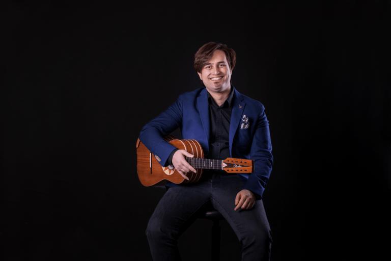 Marcello de Carolis è un Artista e Musicista lucano. Convive con Il dualismo musicale tra la chitarra battente e la chitarra classica