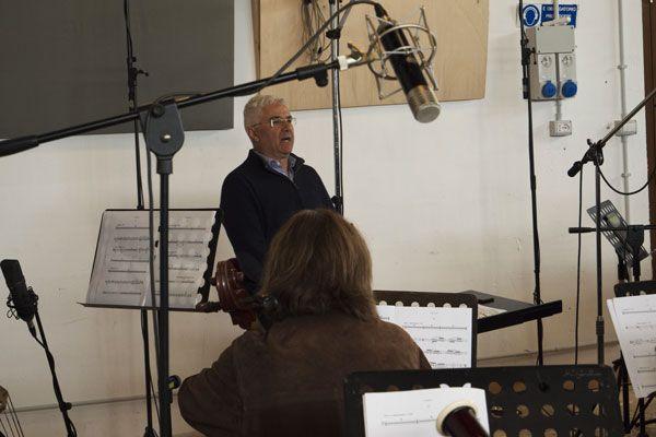 """Il direttore Tonino Battista durante la registrazione del """"Concerto di Matera"""" per chitarra battente e orchestra"""