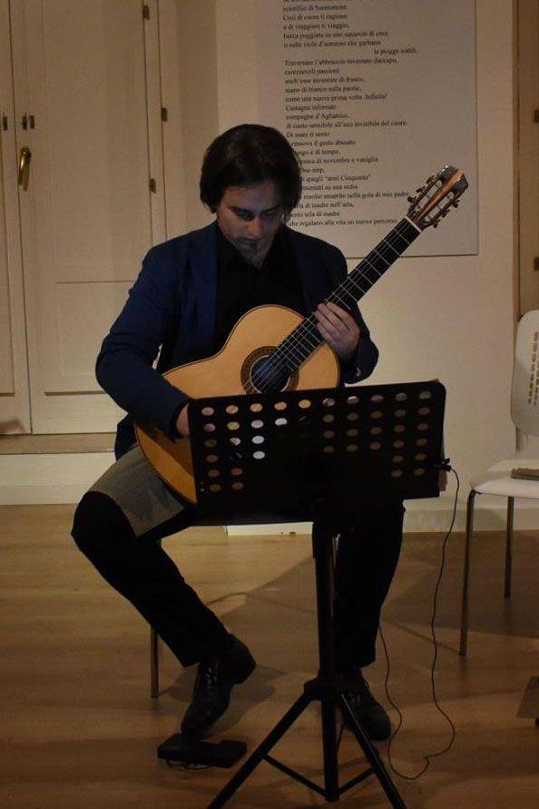 La posizione per suonare la Chitarra Classica