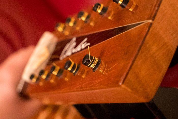 La corda inserita nel buco del piropo della chitarra battente