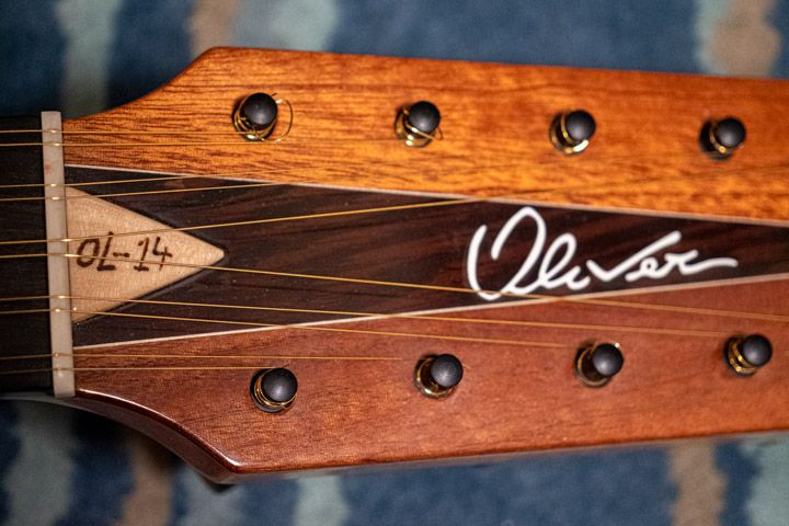 La chitarra battente OL-14 costruita dal liutaio Sergio Pugliesi della Oliver Guitar Lab di Scilla per Marcello De Carolis