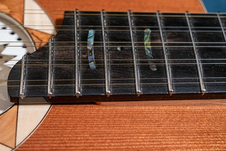 La tastiera rialzata della chitarra Battente Oliver OL-14 di Marcello De Carolis