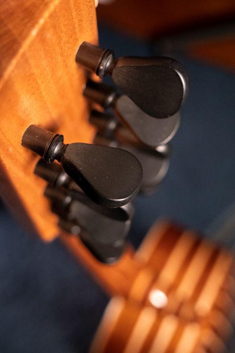 Le meccaniche a forma di pirolo della chitarra battente costruita da Sergio Pugliesi della Oliver Guitar Lab di Scilla