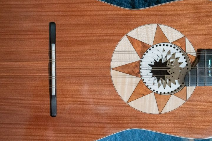 Piano armonico in sequoia della chitarra battente di Marcello De Carolis
