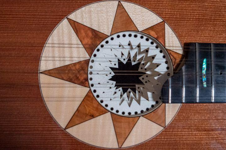 Le decorazioni e la rosetta della chitarra battente di Marcello De Carolis