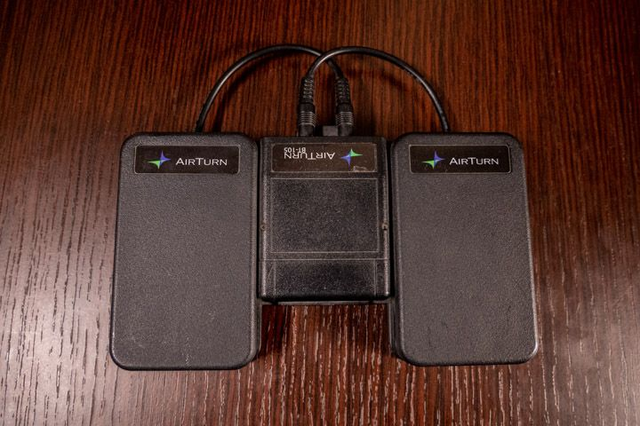 Airturn bt 105 si collega bluetooth con iPad per girare pagine di spartiti o cambiare effetti di chitarra elettrica