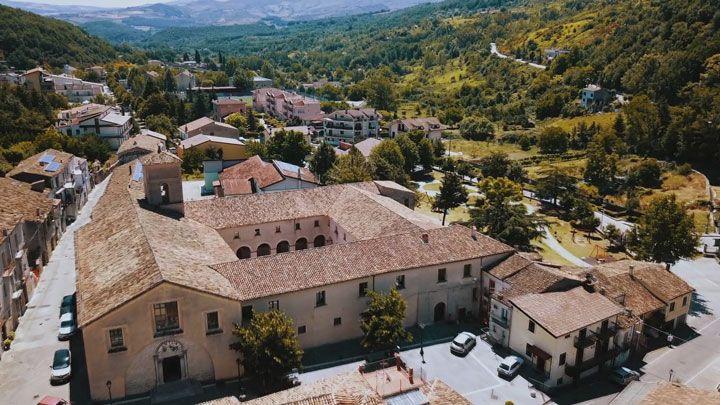 Il convento Santa Maria de Plano di Calvello per il videoclip di Tico Tico per chitarra battente di Marcello De Carolis trio