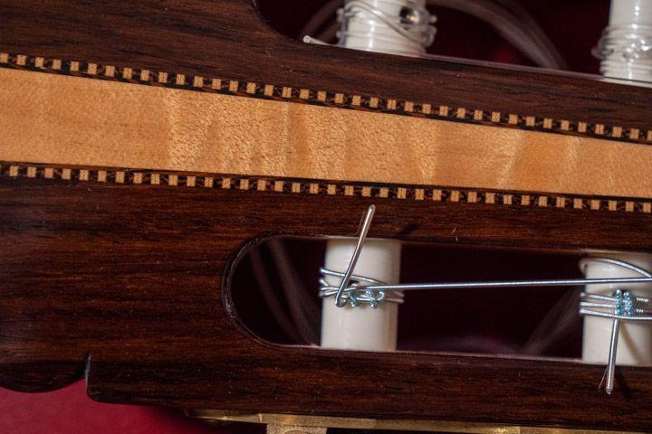 Nodo della corda sulla meccanica della chitarra classica