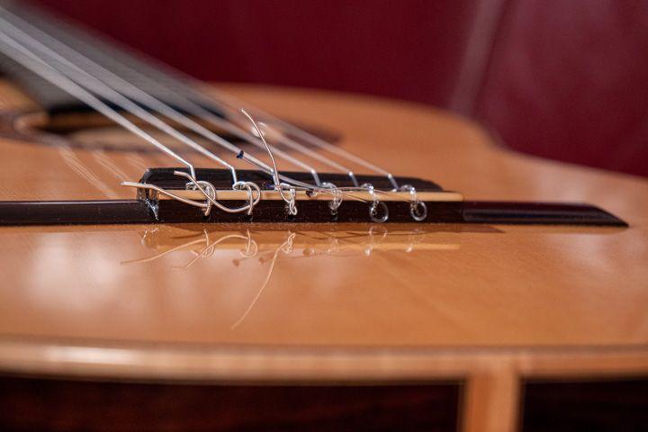 Nodo della corda sul ponte della chitarra classica
