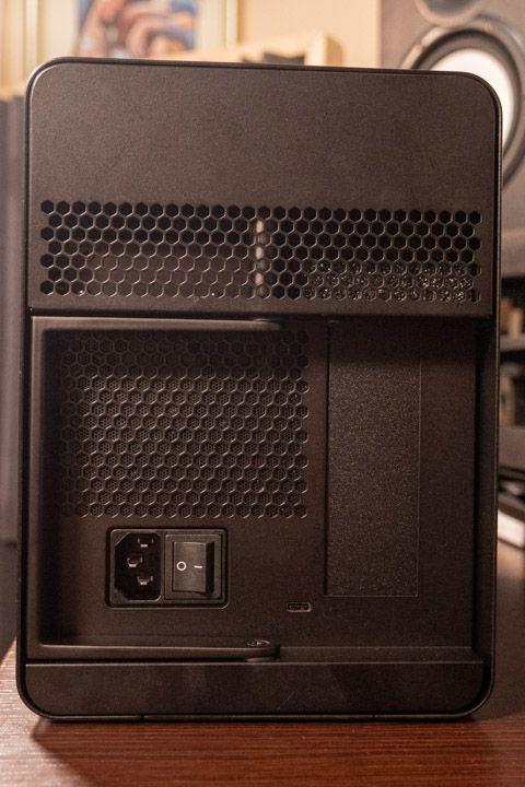 Il retro del razer core x con maniglia di apertura, tasto di accensione, ingresso cavo Thunderbolt e alimentazione