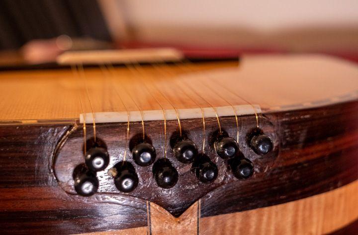 Attaccatura della fascia inferiore della chitarra battente De Bonis