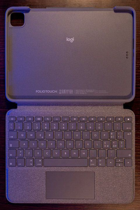 custodia con tastiera e trackpad per ipad pro 11 pollici di logitech