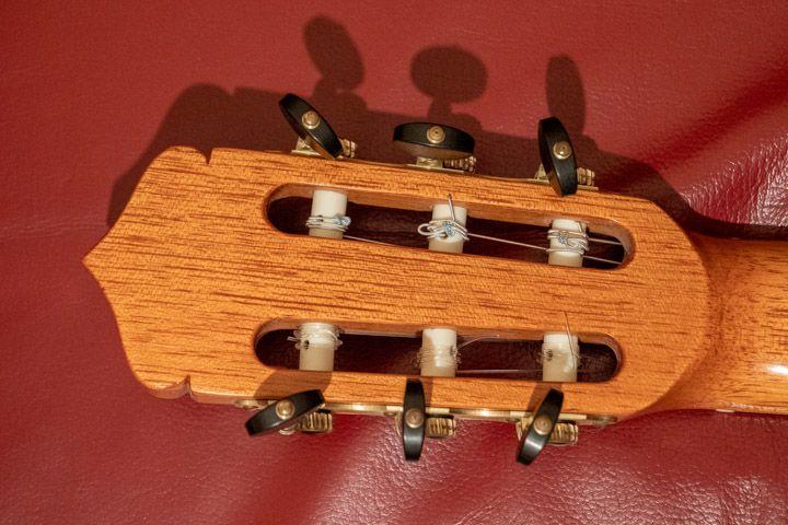 Il retro della paletta della chitarra classica