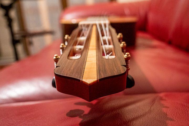Vista dalla paletta della chitarra classica Guagliardo